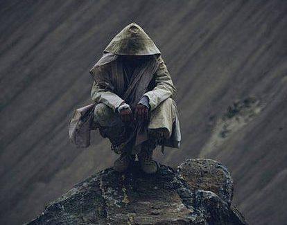 personas gris bajo la lluvia